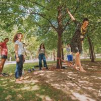 Try out the slackline at the Augartenpark